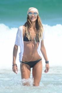 La modelo Sharini Vinson bañándose en la playa