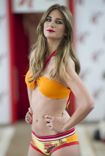 Isabel Montes desfilando en bikini