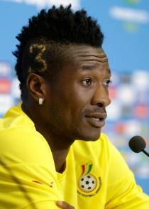 Asamoah Gyan estrena peinado en el debut de Ghana