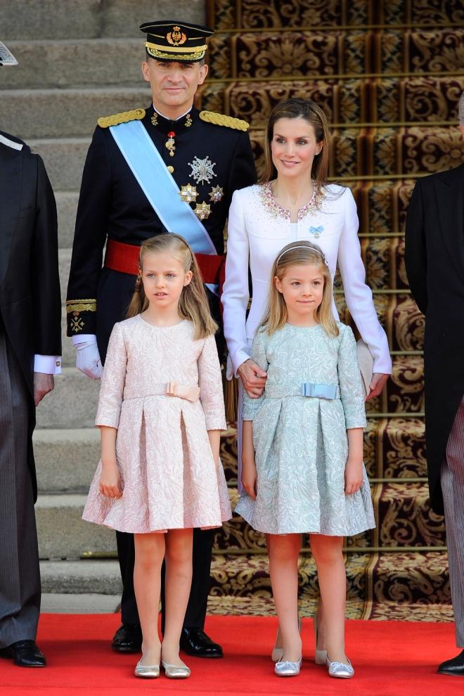 Don Felipe y Doña Letizia, junto a la princesa Leonor y la Infanta Sofía, en el Congreso