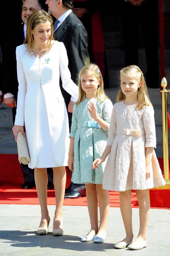 Letizia, muy pendiente de Leonor y Sofía durante toda la coronación