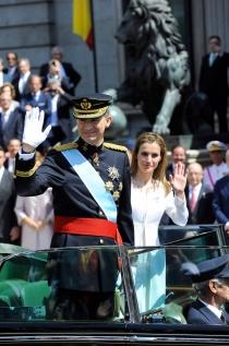 La reina Letizia y el rey Felipe VI saludaron a los ciudadanos desde un coche descubierto