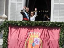 Letizia y Felipe, saludan al pueblo tras ser nombrados reyes
