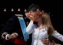 Letizia y Felipe se besan en el balcón del Palacio Real