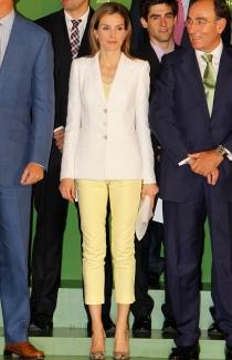 Letizia arriesgó con unos pantalones amarillos en la Fundación Iberdrola
