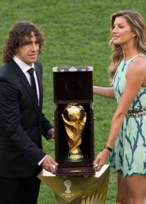 Puyol y Gisele Bündchen llevaron la copa del mundo hasta césped del estadio