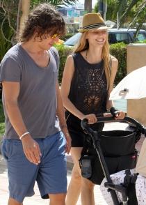 Carles Puyol y Vanessa Lorenzo pasean a su hija por Ibiza