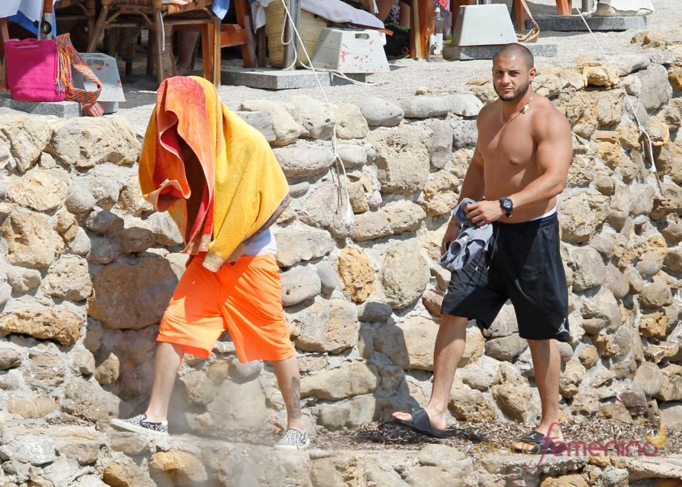 Justin Bieber sale escondido de una playa de Ibiza