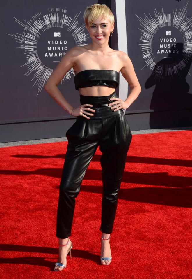 Miley Cyrus, look elegante dentro de su extravagancia en los MTV VMA 2014