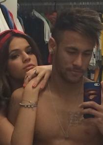 Neymar, el futbolista adicto a los selfies, con su iPhone