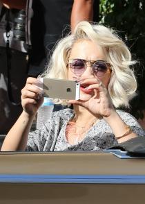 El iPhone de Rita Ora, a juego con su pelo