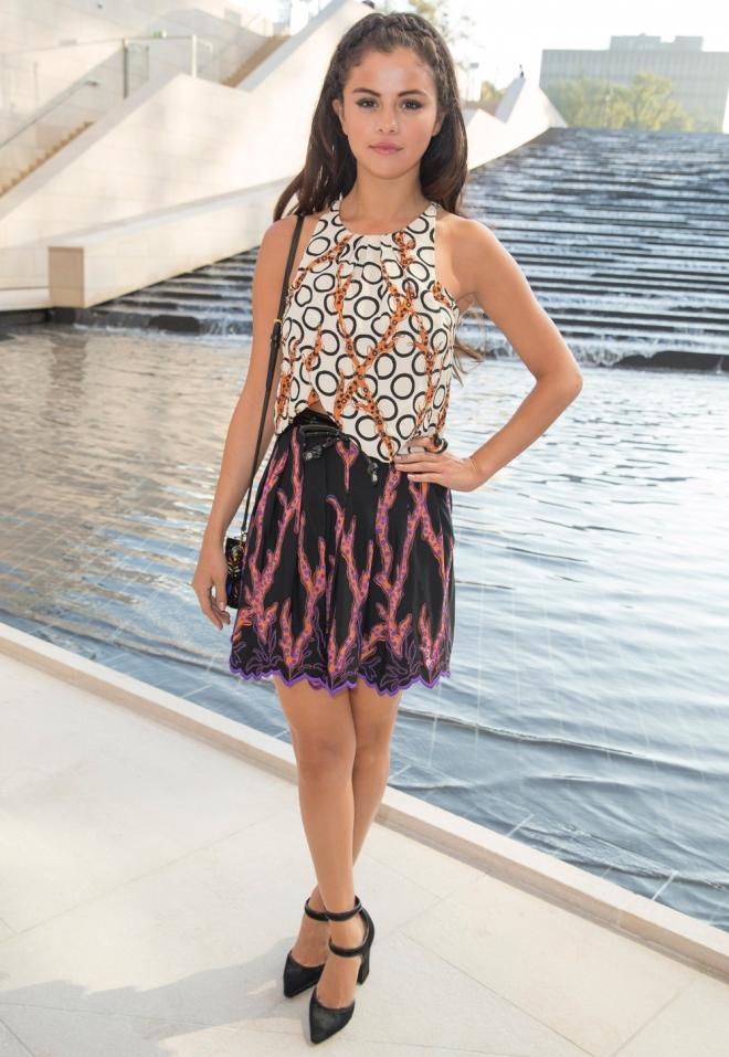 El look más informal de Selena Gomez en la Semana de la Moda de París