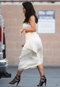 Kim Kardashian ensaya disfraz de fantasma para Halloween