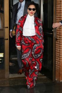 Lady Gaga saca trajes de sus cortinas viejas