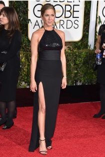 Jennifer Aniston, discreta y con la pierna al aire en los Globos de Oro 2015