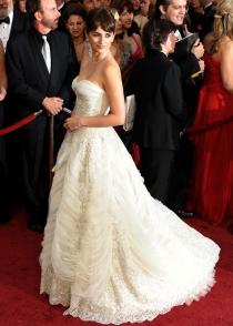 Penélope Cruz, con un vestido de inspiración nupcial de Balmain