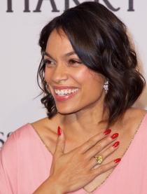 Rosario Dawson piensa en una manicura larga en rojo