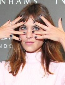 Alexa Chung es otra fan de las uñas pintadas