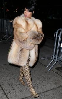 Nicki Minaj combina estampado de serpiente y pelo, todo en el mismo look
