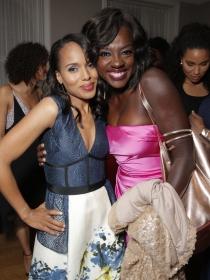 Viola Davis y Kerry Whasington, felices en la fiesta pre Oscars 2015