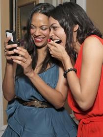 Rosario Dawson y Zoe Saldaña se divierten antes de los Oscars 2015