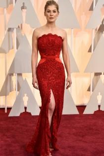 Oscars 2015: Rosamund Pike, total red