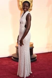 Lupita Nyong'o seduce en los Oscars 2015