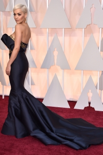 Oscars 2015: Rita Ora, corte de sirena