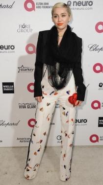 Miley Cyrus, más discreta que de costumbre en la fiesta de Elton John