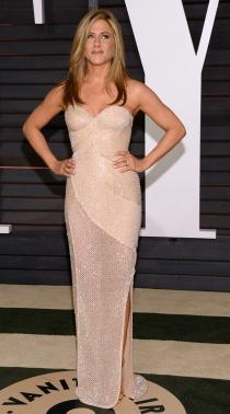 Jennifer Aniston escogió el nude con brillo en la fiesta Vanity Fair