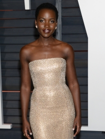 Lupita Nyong'o eligió el dorado en las fiestas posteriores a los Oscars 2015