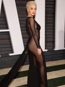 Rita Ora, de negro y con transparencias en los Oscars 2015