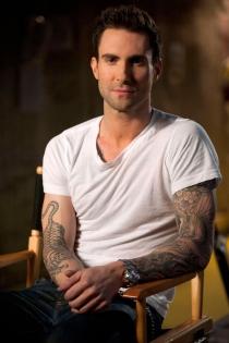 Adam Levine, sexy y tatuado