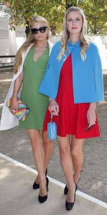 Paris Hilton y Nicky Hilton, con mini vestidos de colores