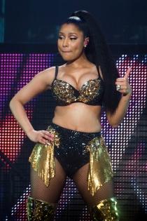 El look dorado y negro de Nicki Minaj