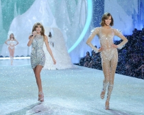 Taylor Swift y Karlie Kloss, brillos y paillettes para Victoria's Secret