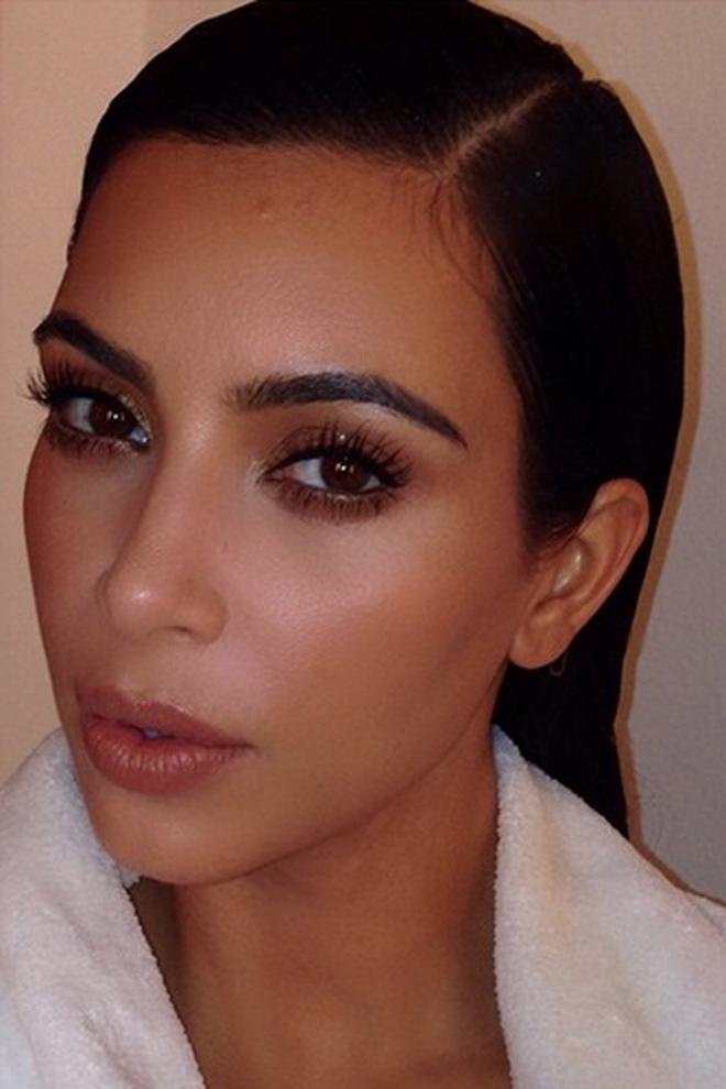 Kim Kardashian mostrando su maquillaje