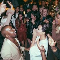 Kim Kardashian y Kanye West, bailando en su celebración pre-boda