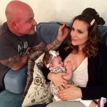 Alyssa Milano, de Embrujadas, dándole el pecho a su hija