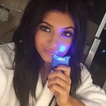 Kylie Jenner blanquea sus dientes