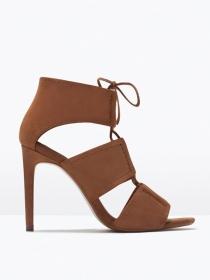 Las sandalias atadas al tobillo son lo más en Zara esta temporada