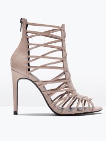 Sandalias con tacón y tiras: la apuesta beige de Zara