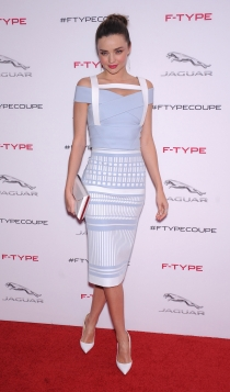 Miranda Kerr y sus looks más dulces con falda de tubo