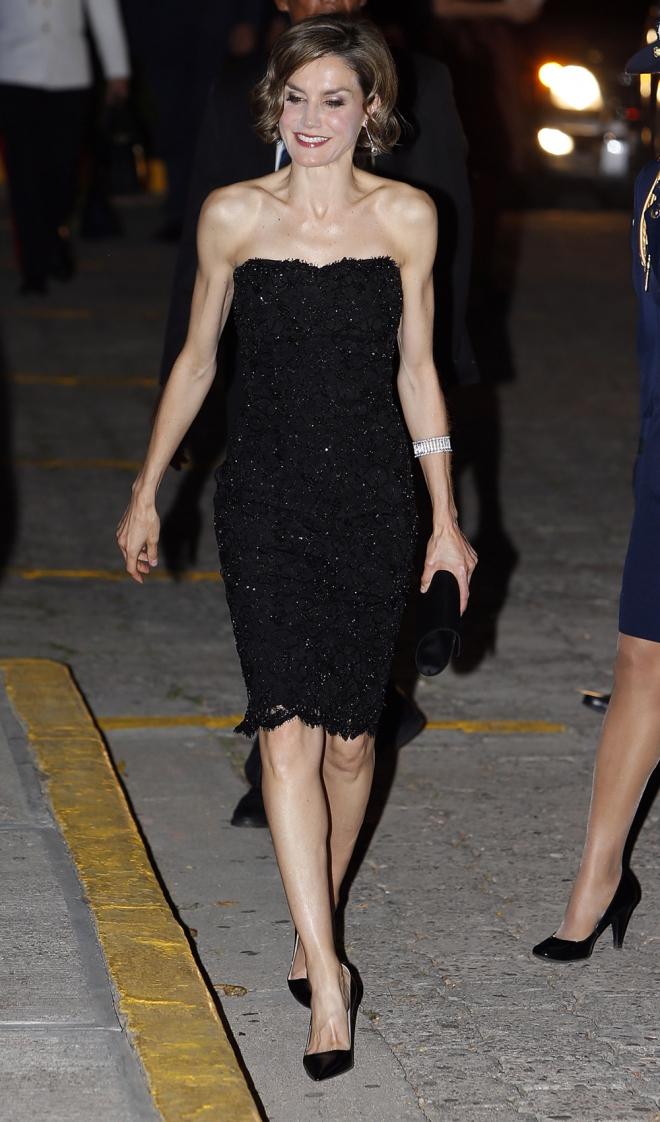 Un vestido de pedrería, la apuesta en negro de la reina Letizia