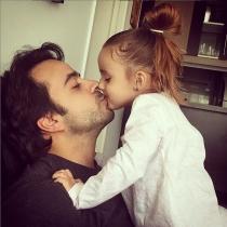 Luis Fonsi se come a besos a su hija en el Día del Padre