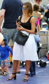 Jessica Alba también apuesta por las faldas blancas