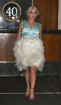 Faldas blancas: la interpretación de Lady Gaga con plumas