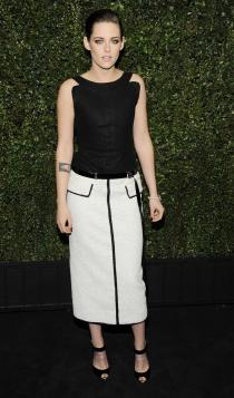 Kristen Stewart combina sus looks en negro con faldas blancas