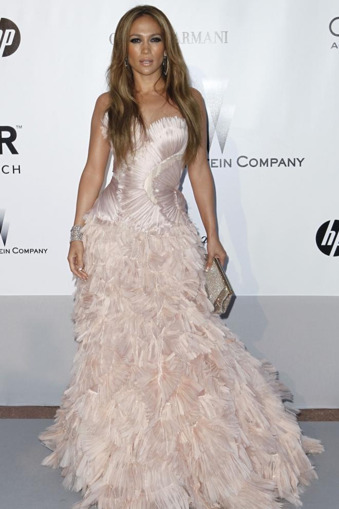 Jennifer Lopez la reina de los vestidos con plumas