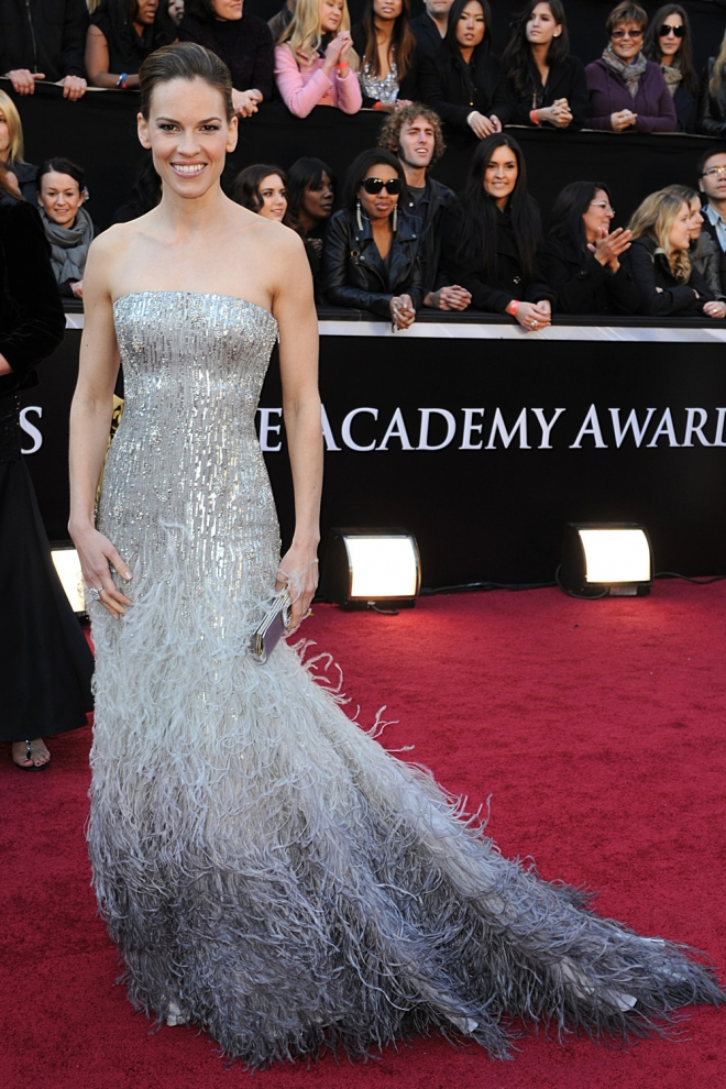 Hilary Swank apuesta por los vestidos con plumas